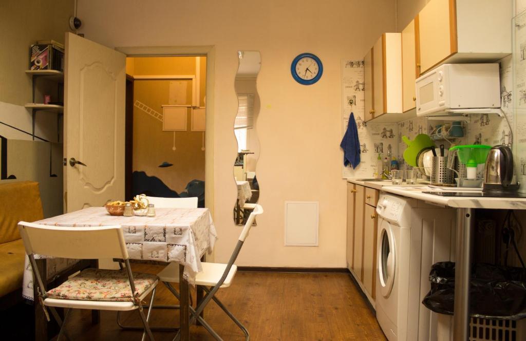 Кухня или мини-кухня в Hostel UFO
