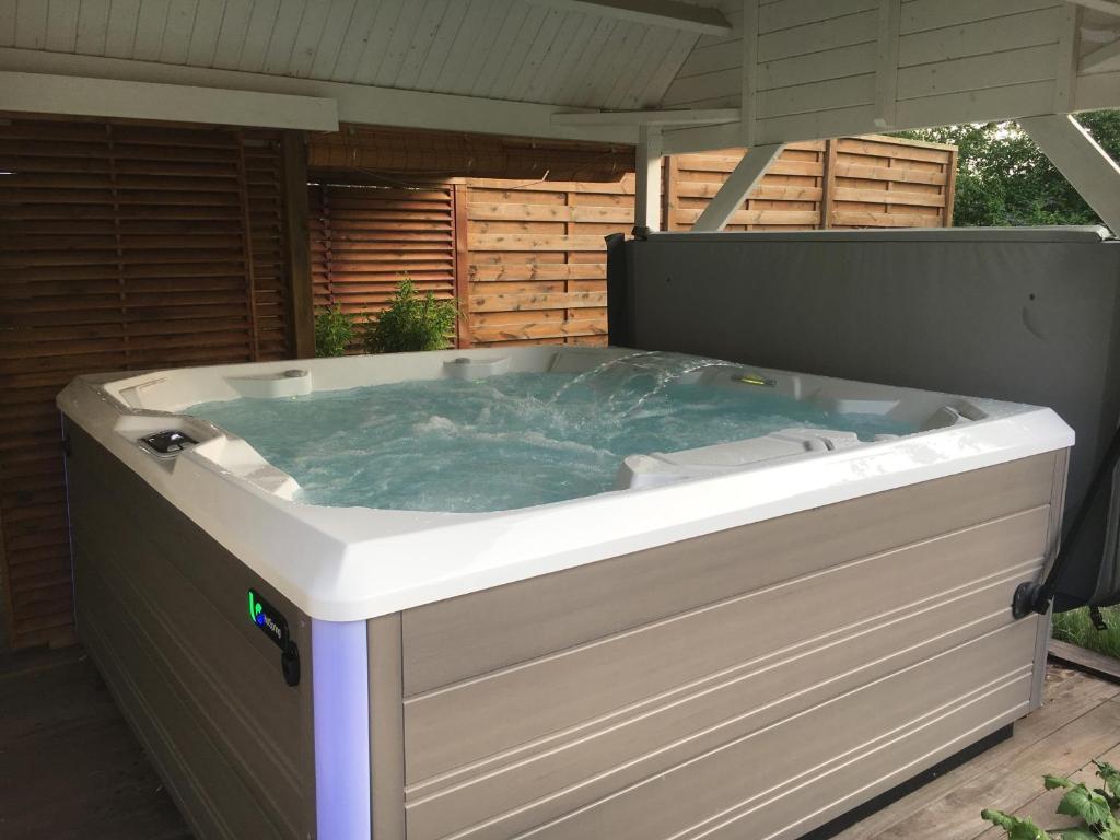Piscines Es & Spas bed and breakfast la chambre du chemin vert : spa piscine
