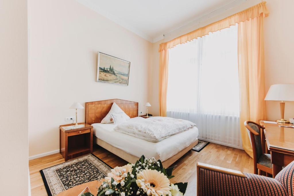 Ein Bett oder Betten in einem Zimmer der Unterkunft Hotel Spöttel