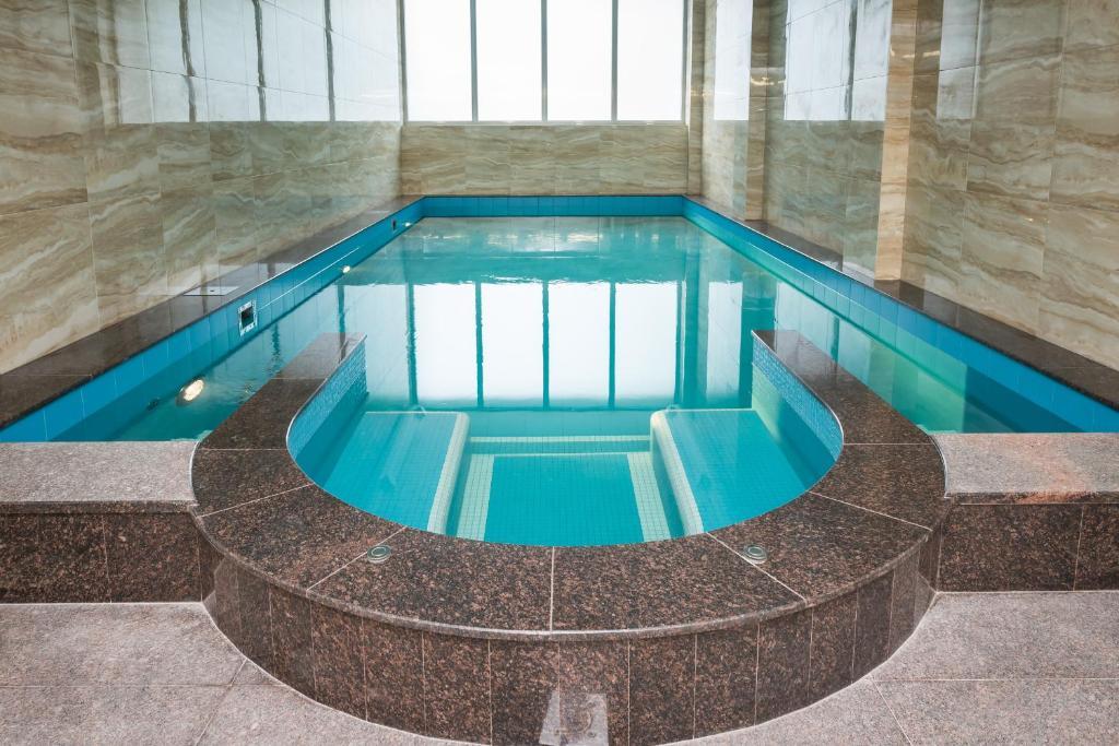 Бассейн в Ramada by Wyndham Rostov-on-Don Hotel and Spa или поблизости