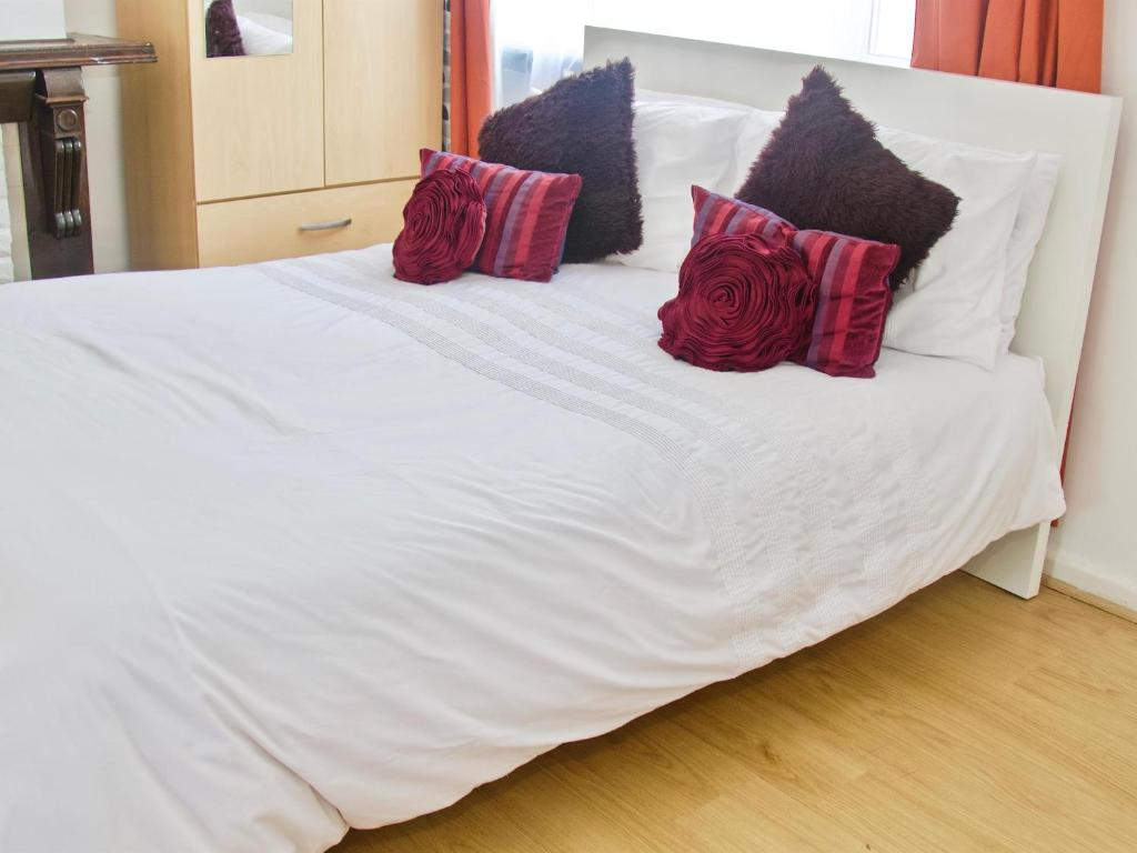 A bed or beds in a room at CN Apartments - near Canary Wharf