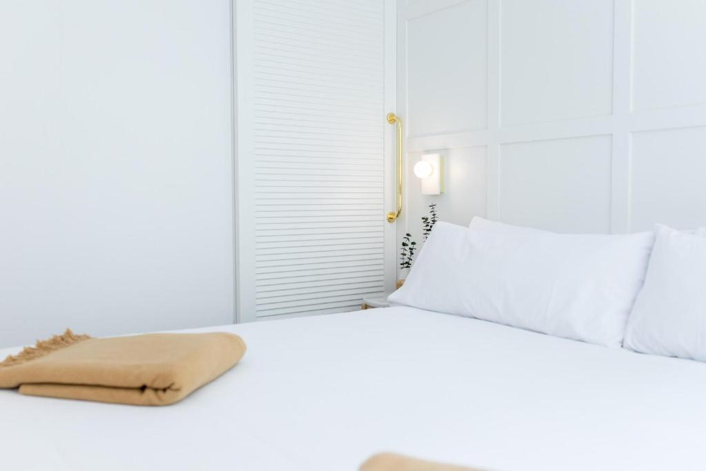 A bed or beds in a room at Hotel Cosmo