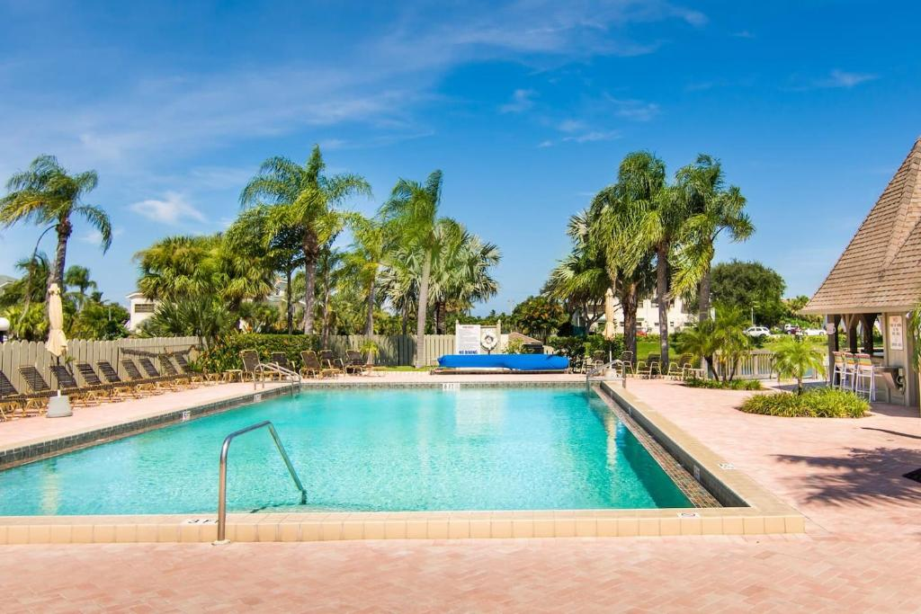 The swimming pool at or near Luxury Totally Renovated Jupiter Villa 2/2 1900 ft from beach