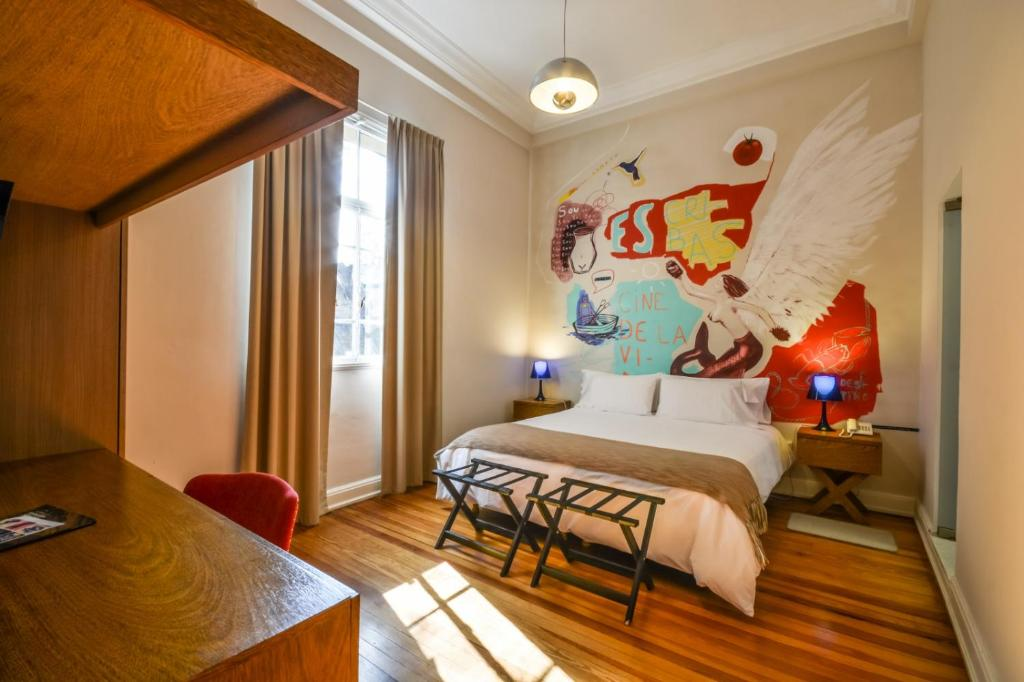 A bed or beds in a room at Sacha Mistol Art Hotel