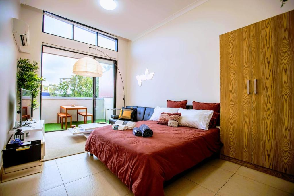 A bed or beds in a room at BRAND MODERN STUDIO W/BALCONY BBQ in Best Spot - BONDI BEACH