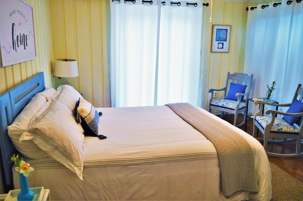 A bed or beds in a room at Meris Gardens B&B
