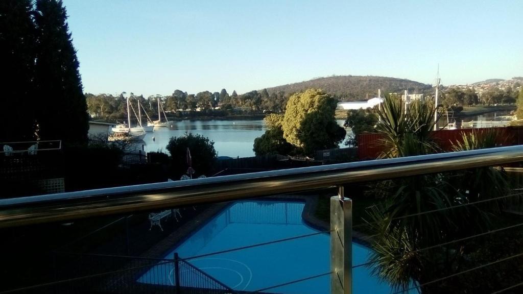 Vaizdas į baseiną apgyvendinimo įstaigoje Waterfront Lodge Motel arba netoliese