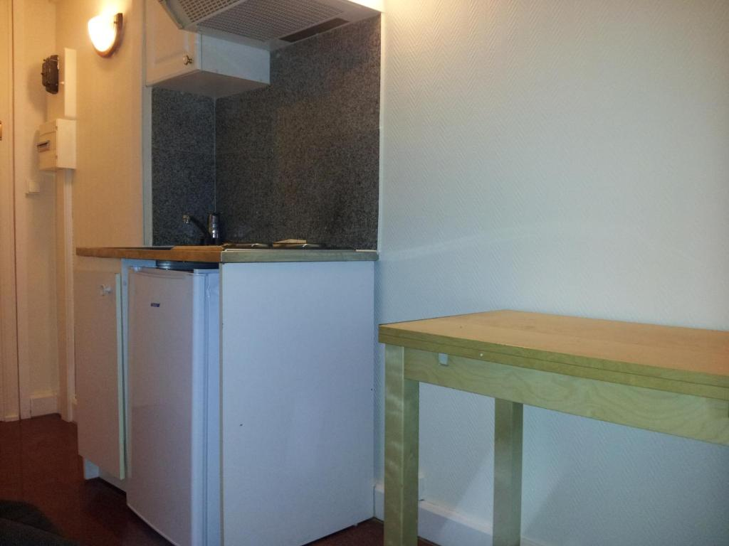 A kitchen or kitchenette at AUTEUIL PASSY