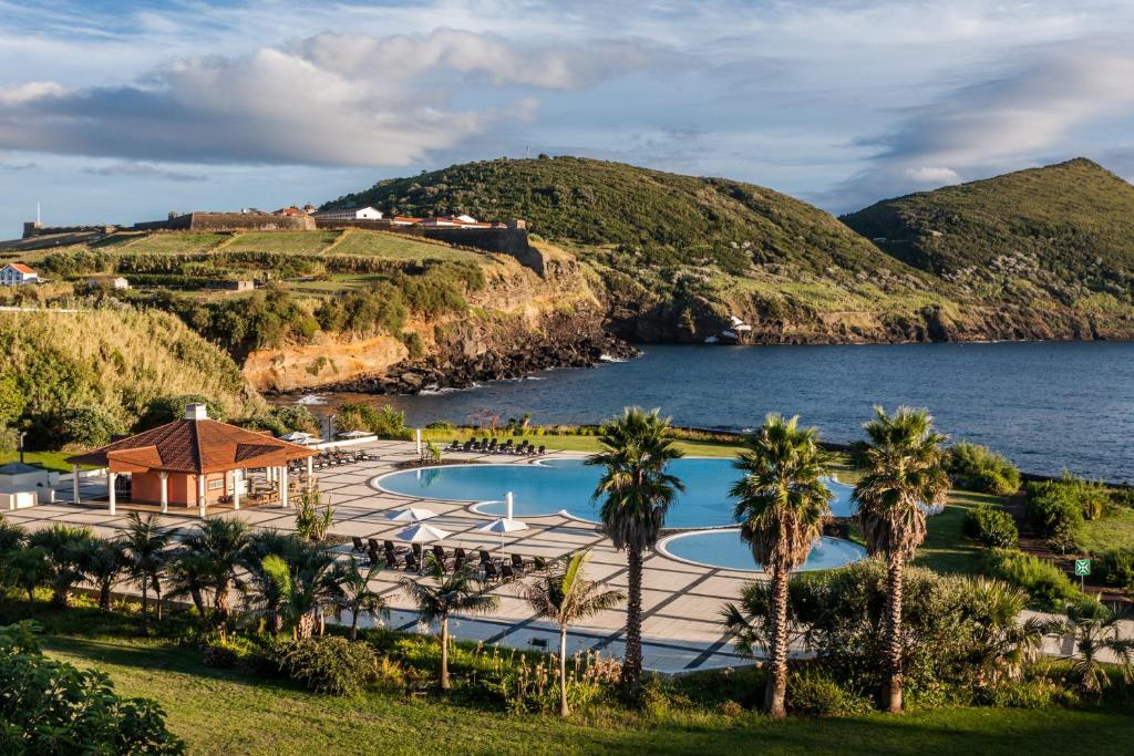 Tầm nhìn ra hồ bơi gần/tại Terceira Mar Hotel