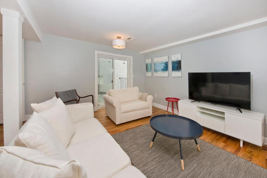 A seating area at Gorgeous Duplex Townhouse 10 minutes to NYC!