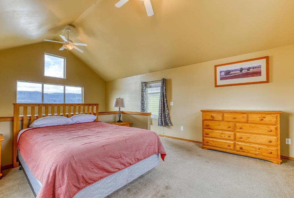 A bed or beds in a room at Lakeview Villa #803