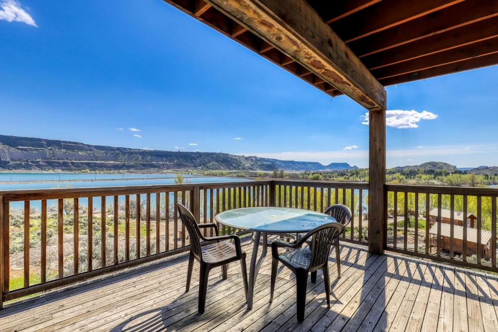 A balcony or terrace at Lakeview Villa #511