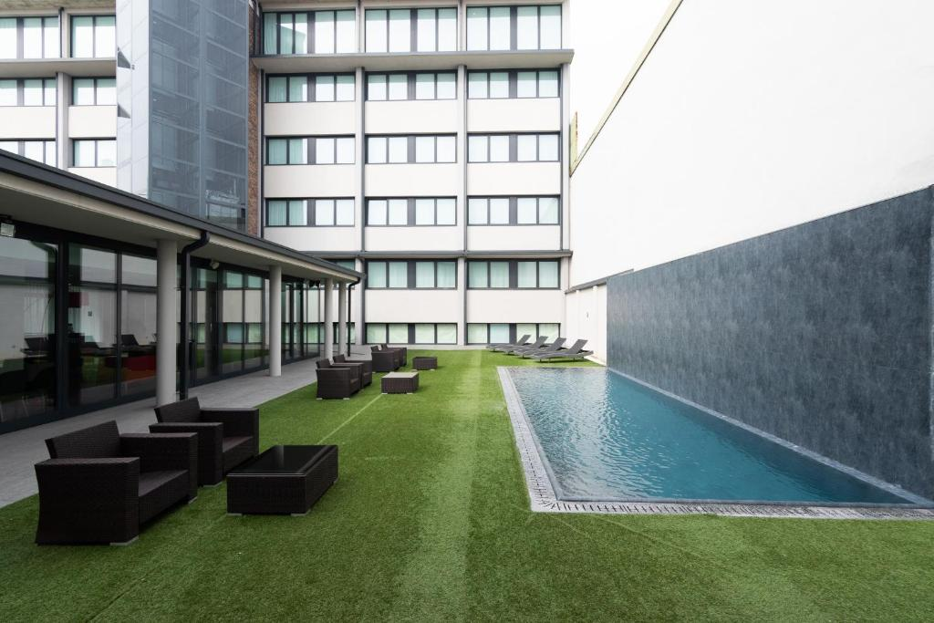 The swimming pool at or near BB Hotels Smarthotel Milano Linate