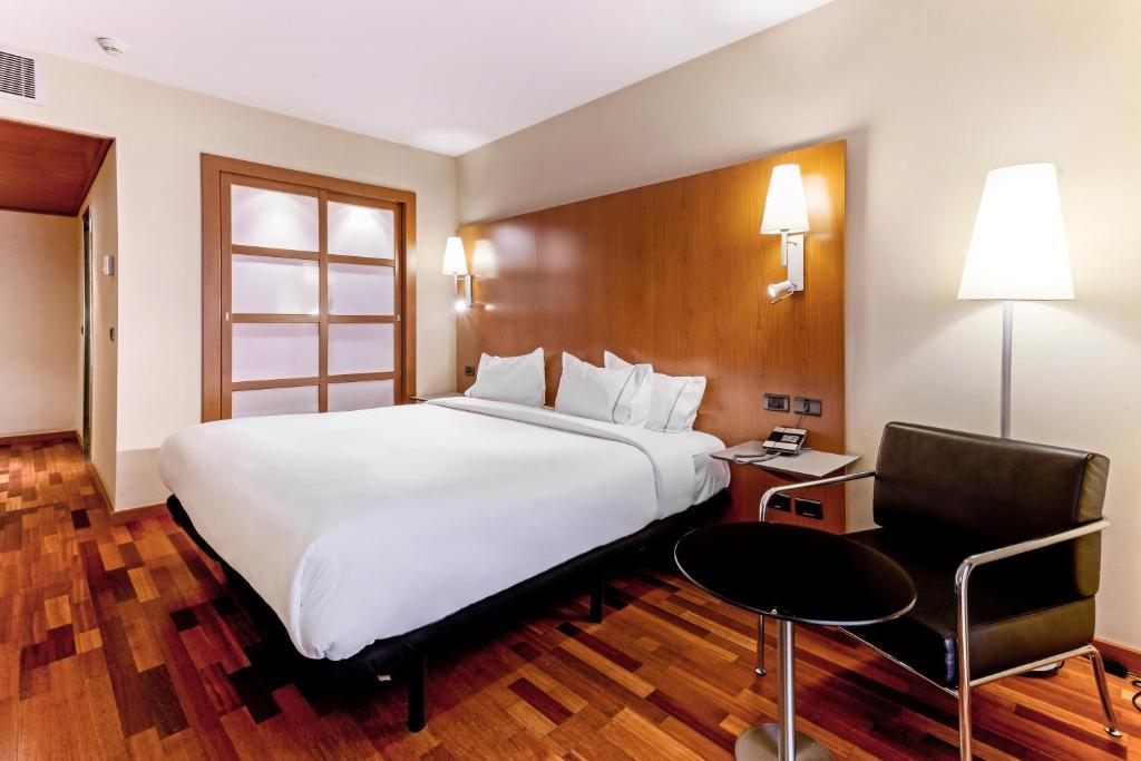 سرير أو أسرّة في غرفة في B&B Hotel Zaragoza Los Enlaces Estación