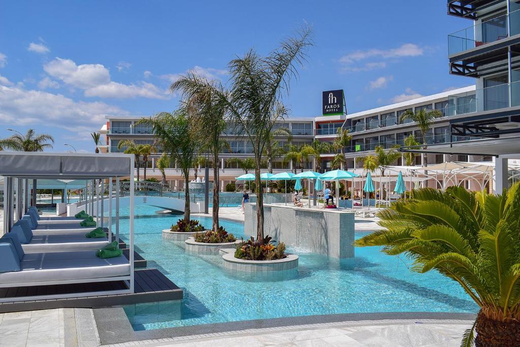 Der Swimmingpool an oder in der Nähe von Faros Hotel
