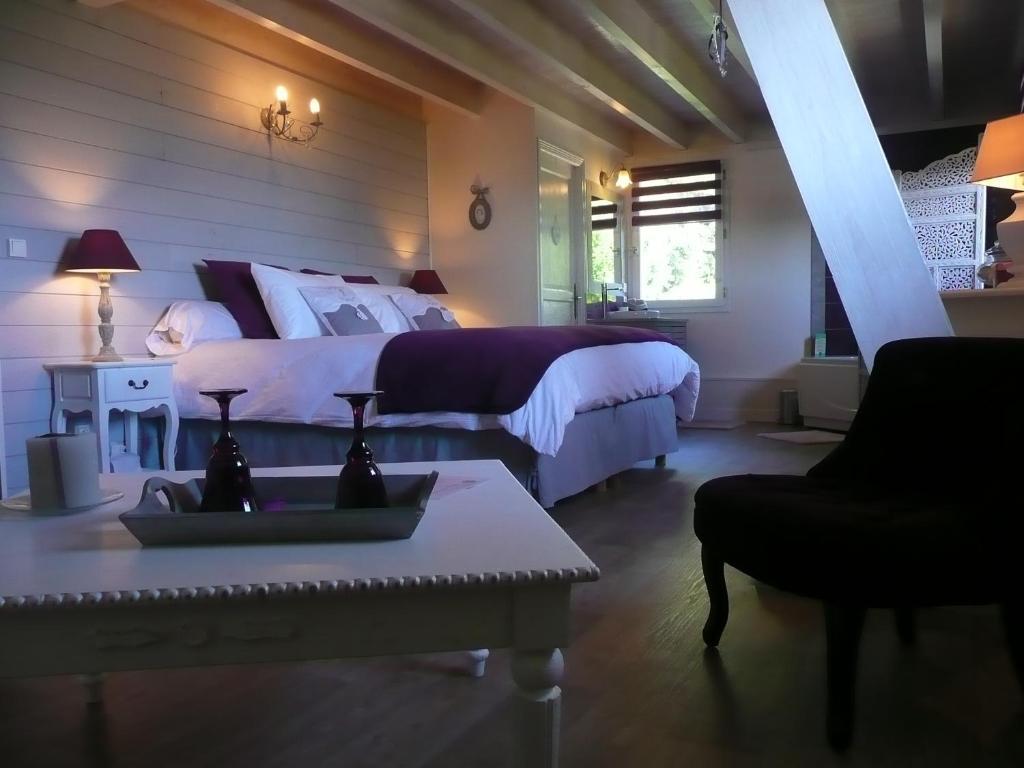 A bed or beds in a room at La Maison sur les Nuages