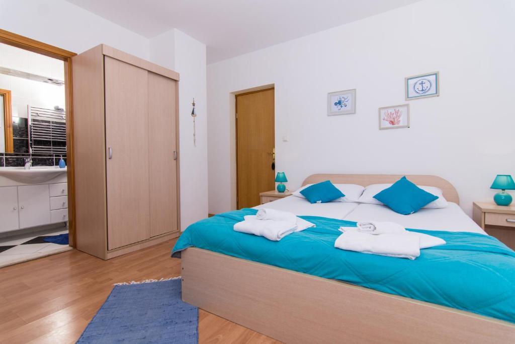 A bed or beds in a room at Villa Jadran 2