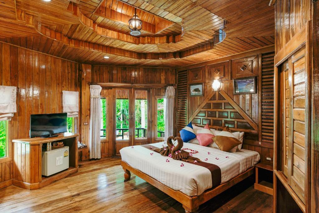 Łóżko lub łóżka w pokoju w obiekcie Phu Pha Aonang Resort & Spa