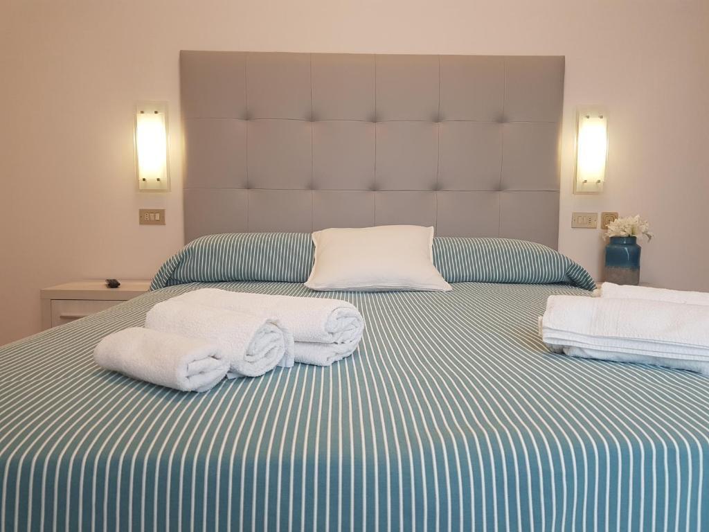 Posteľ alebo postele v izbe v ubytovaní Hotel De La Plage