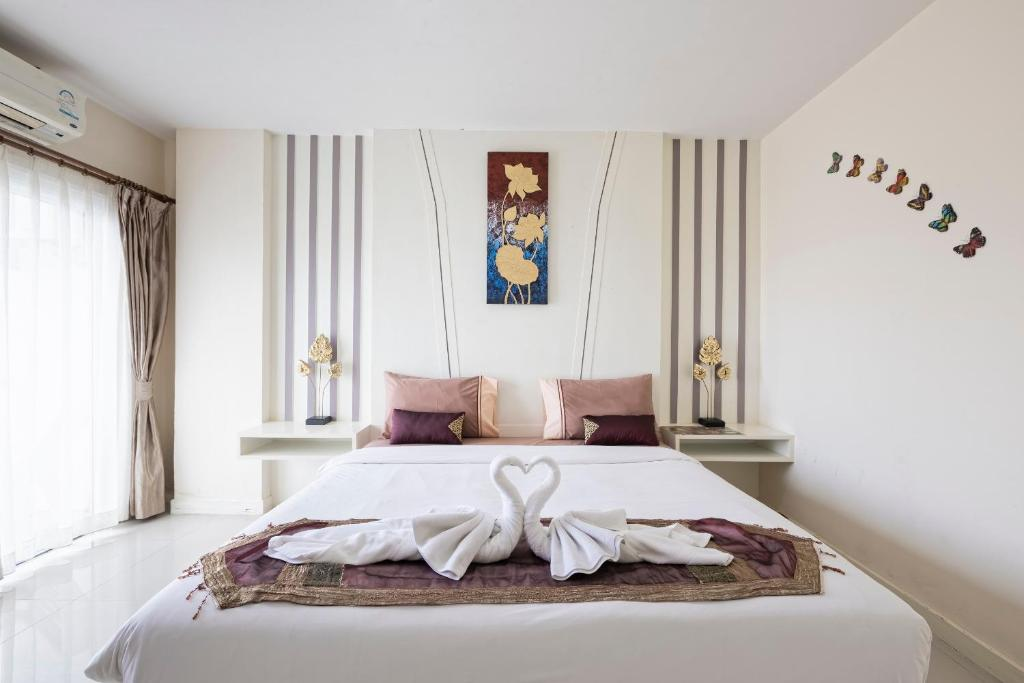 A bed or beds in a room at J Sweet Dream Boutique Hotel Phuket