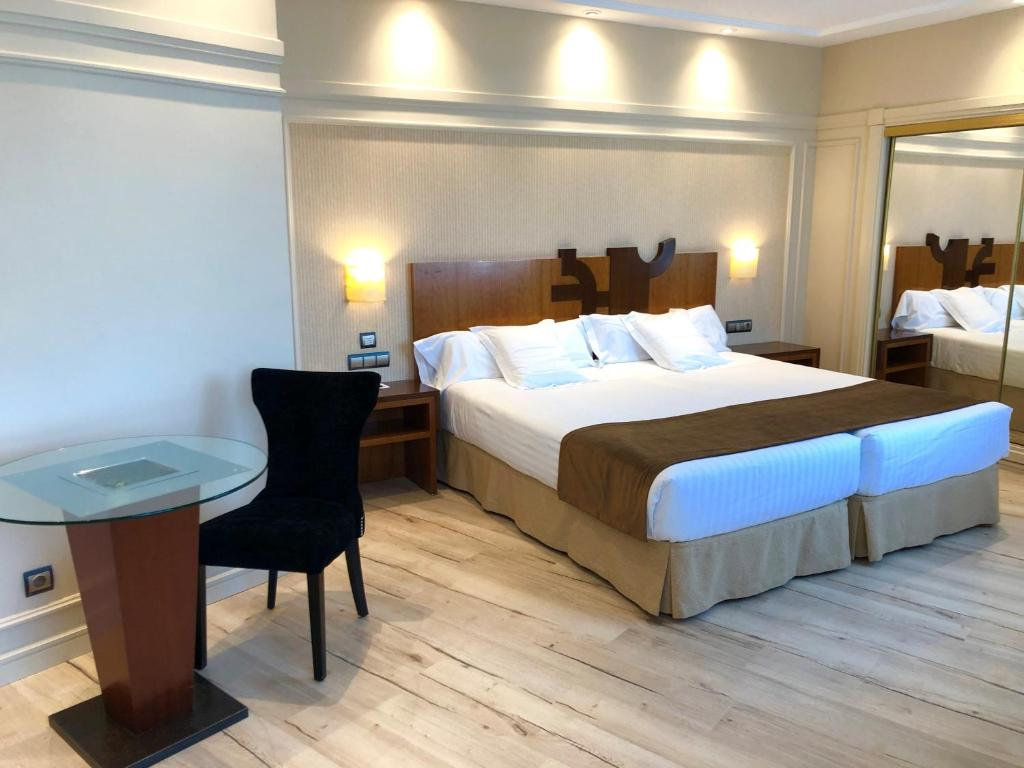 A bed or beds in a room at Hotel Olid