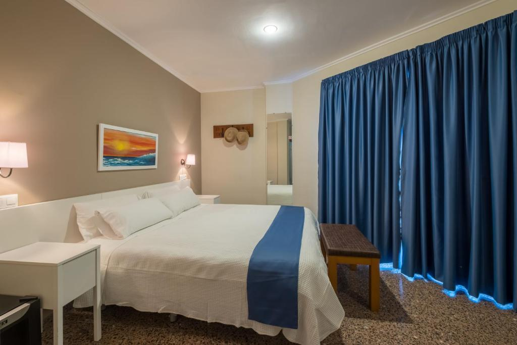 A bed or beds in a room at Hotel Ramis