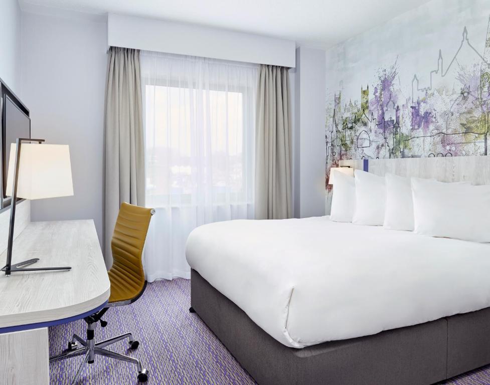 Una cama o camas en una habitación de Jurys Inn Exeter