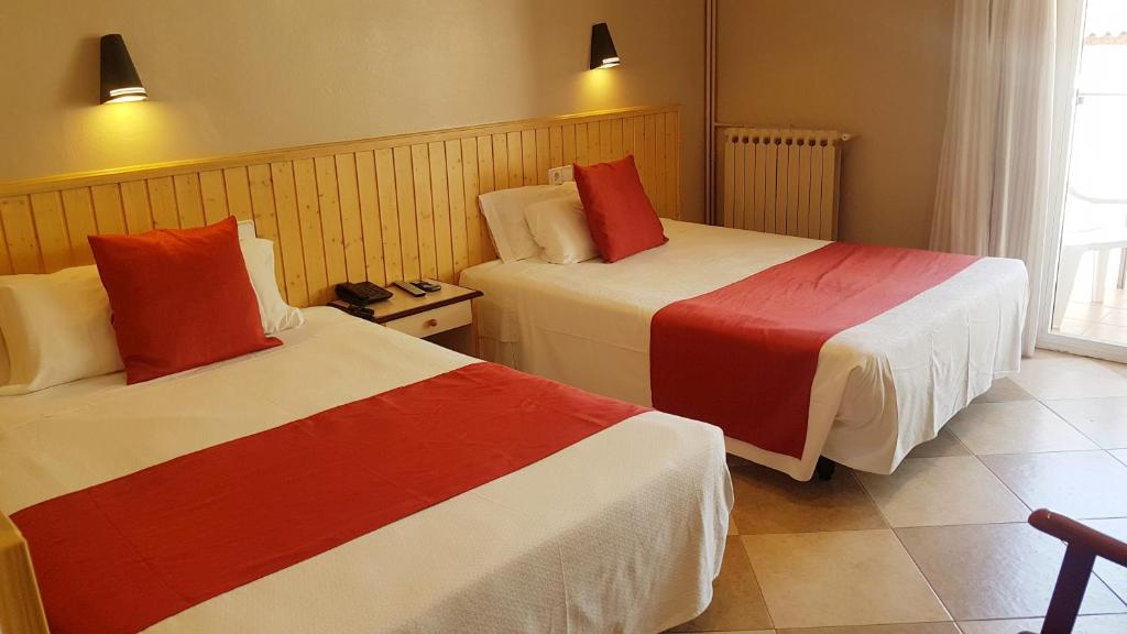 A bed or beds in a room at Hotel Piccadilly Sitges