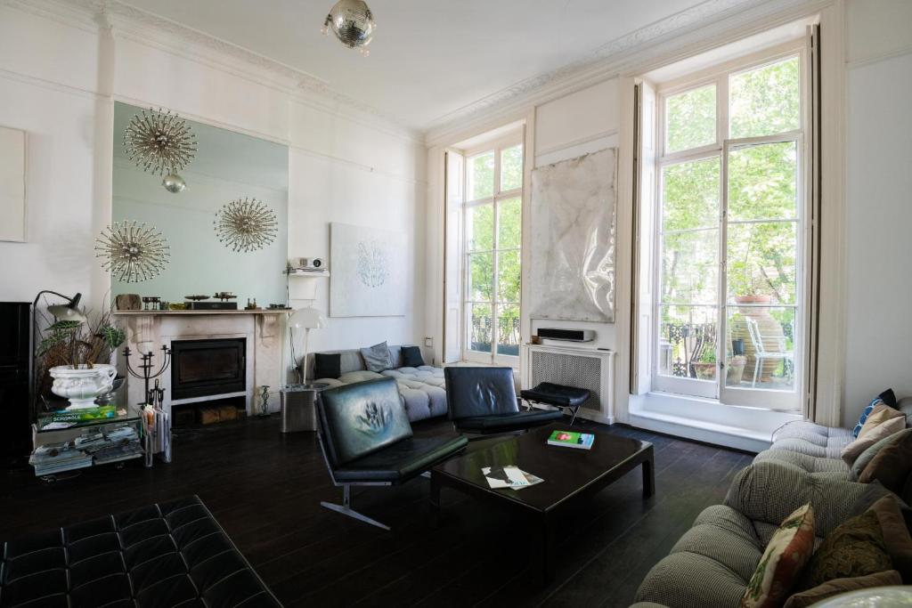 A seating area at Luxurious Paddington Home by Hyde Park