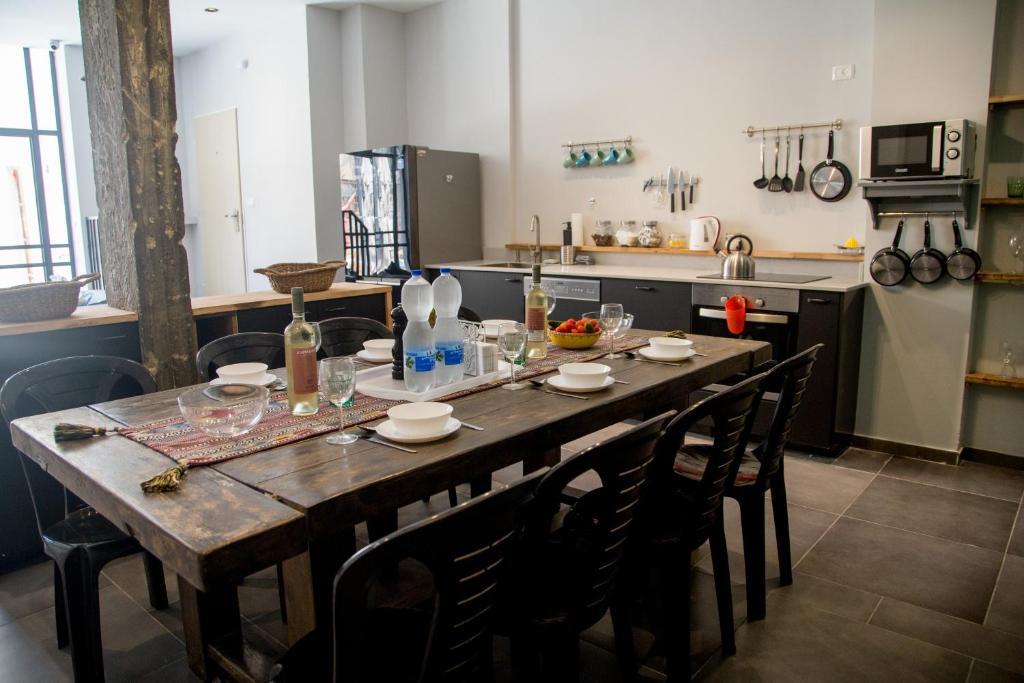 Um restaurante ou outro lugar para comer em Villa Roza boutique - new 4 rooms with private rose garden 5 min from the port & flea market