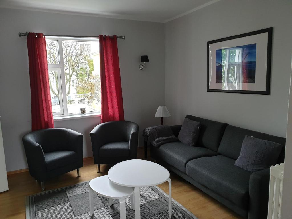 A seating area at Lighthouse Apartments