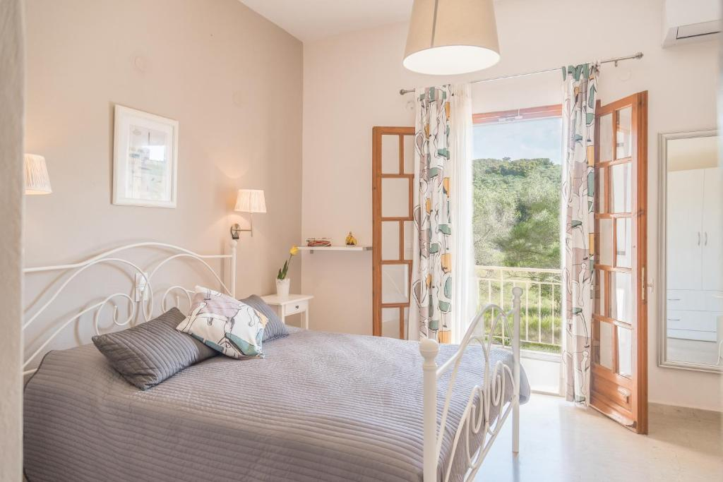 A bed or beds in a room at Nikos & Vivi Studios