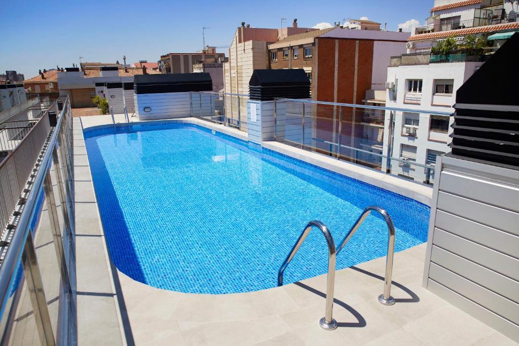 Бассейн в Aparthotel Bcn Montjuic или поблизости