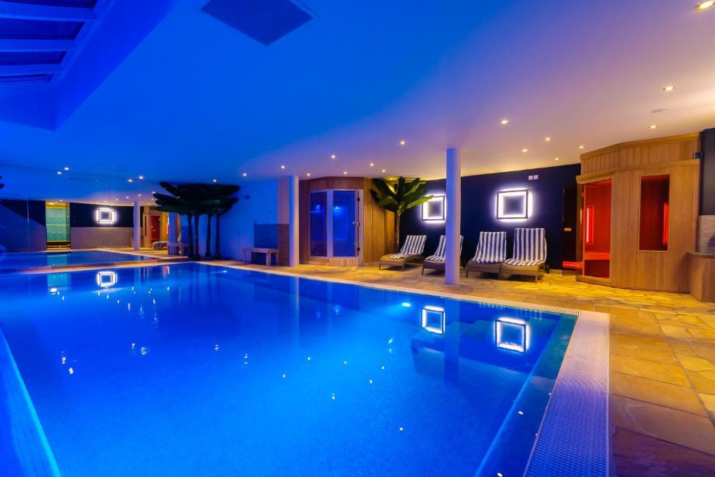 Het zwembad bij of vlak bij Hotel Pracha