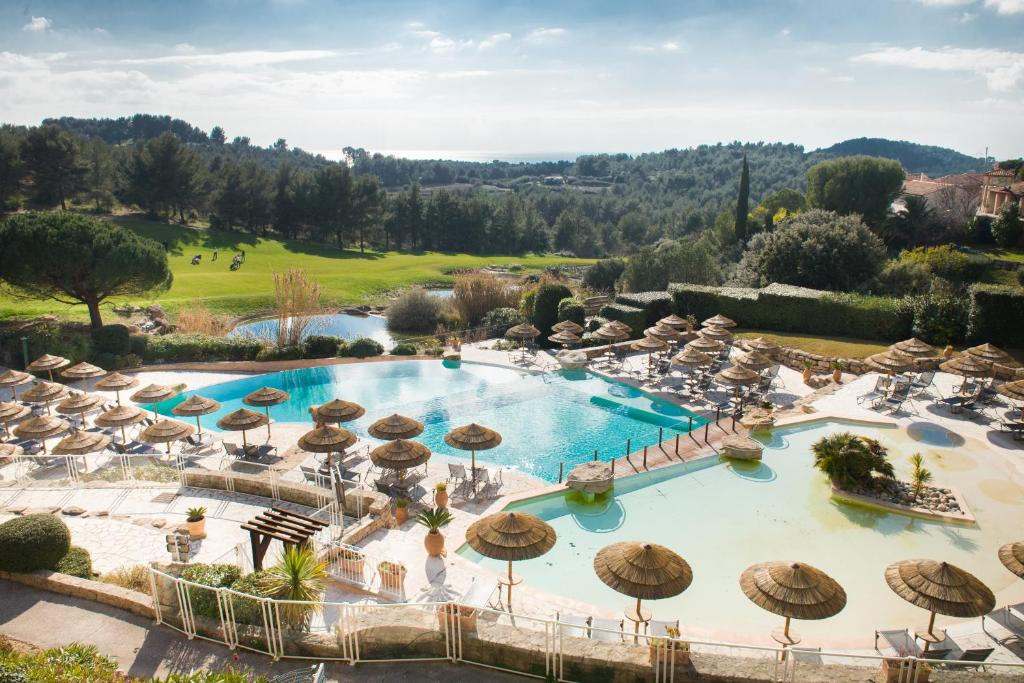 A view of the pool at Hôtel Dolce Fregate Provence or nearby