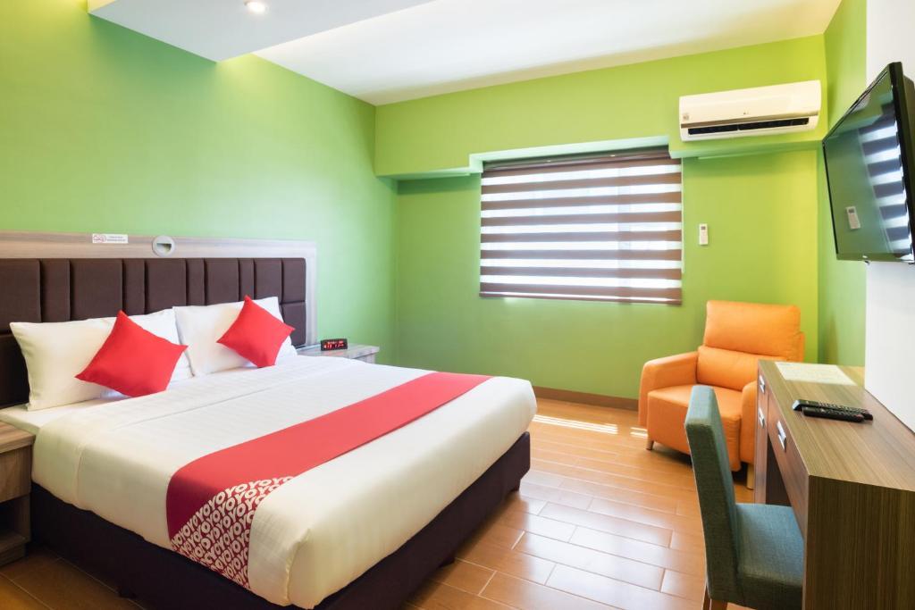 OYO 196 Destiny Hotel tesisinde bir odada yatak veya yataklar