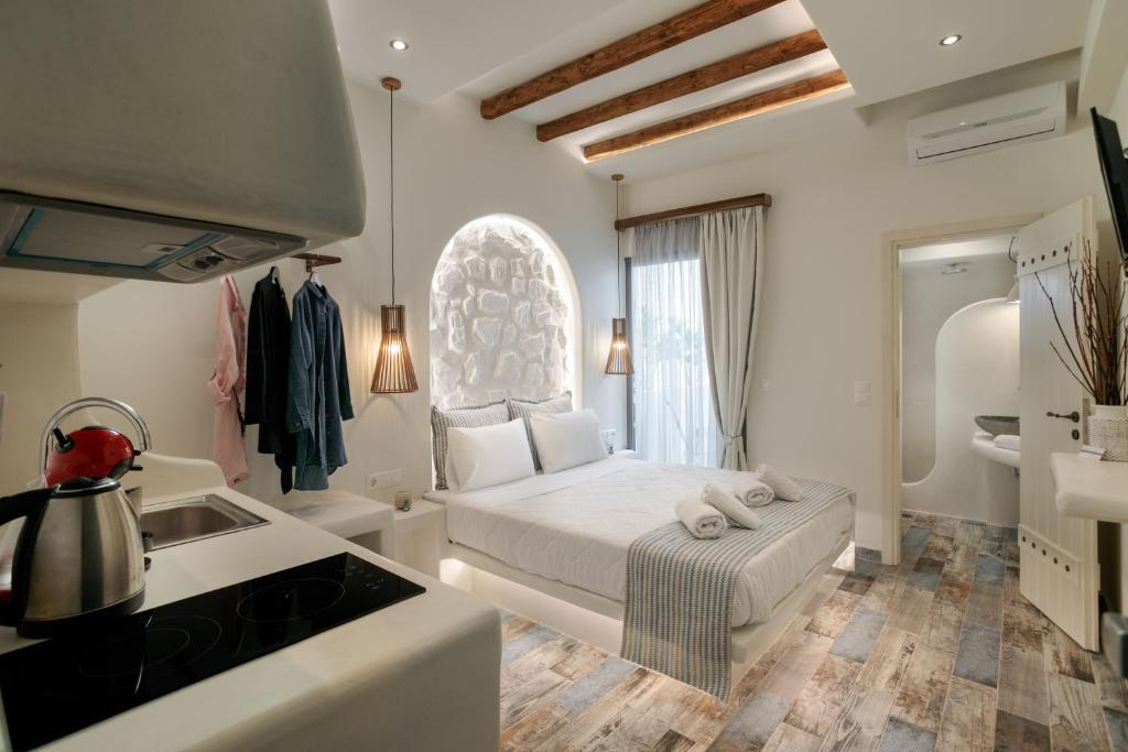 Łóżko lub łóżka w pokoju w obiekcie Naxos Petite Studios