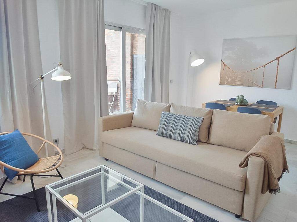 Ein Sitzbereich in der Unterkunft DFLAT Escultor Madrid Apartments