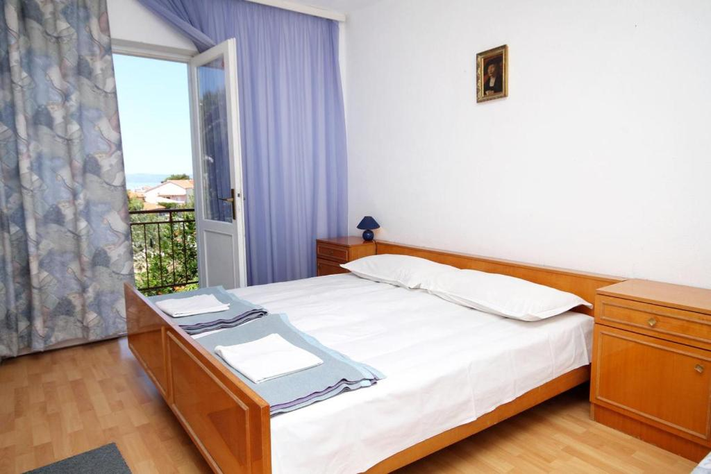 A bed or beds in a room at Apartments with a parking space Tucepi (Makarska) - 6695