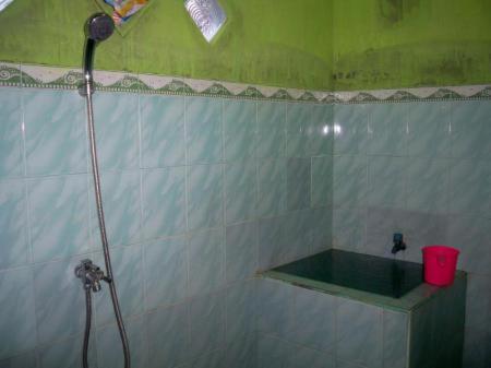 Kamar mandi di Kawah Ijen Inn