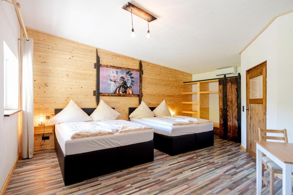 A bed or beds in a room at Zündstoff-City Western-Motel