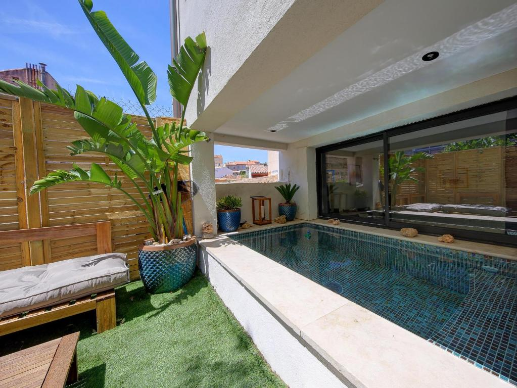 The swimming pool at or close to LA CABANOSTRA