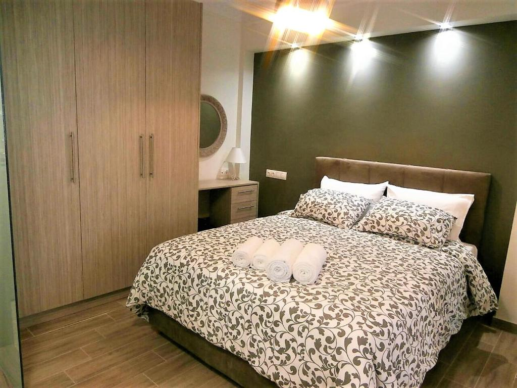 A bed or beds in a room at Thess Easy Living