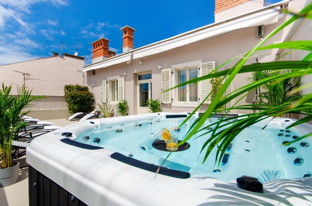 The swimming pool at or close to Villa Brandestini