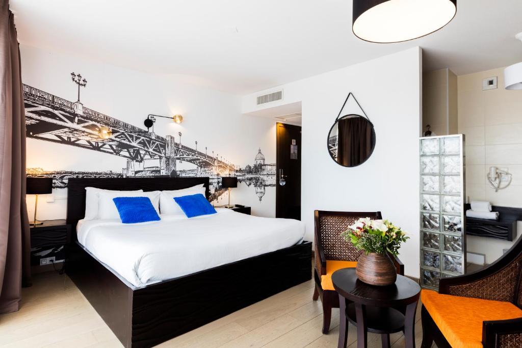 سرير أو أسرّة في غرفة في Hotel Le Pier Toulouse