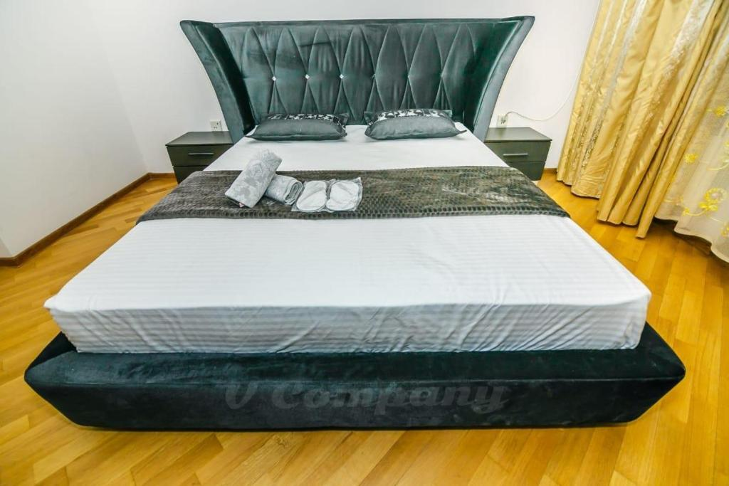Кровать или кровати в номере Sadik Akhundovoy Apartment