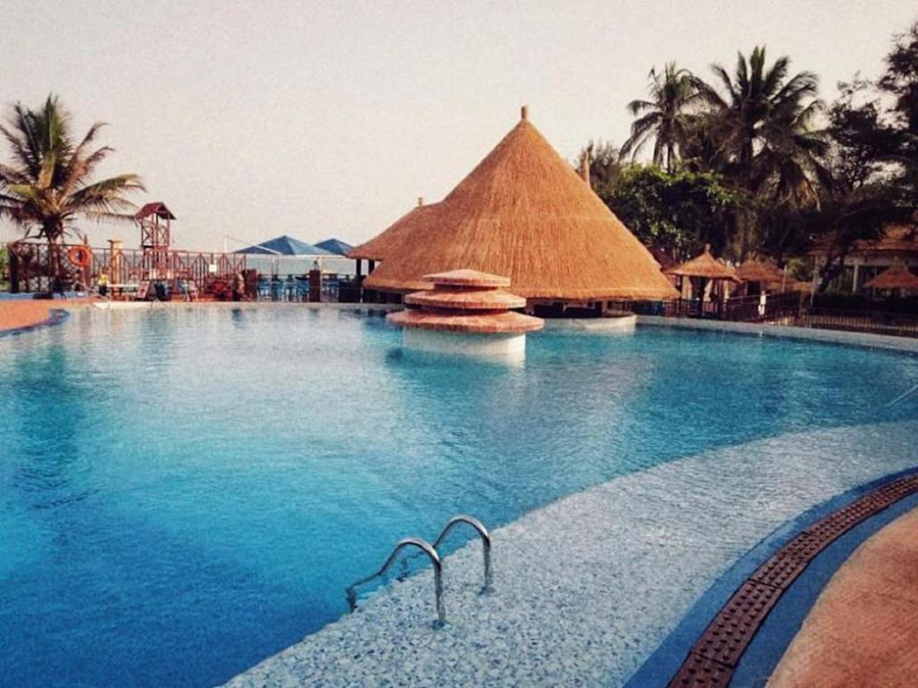 Het zwembad bij of vlak bij Senegambia Beach Hotel