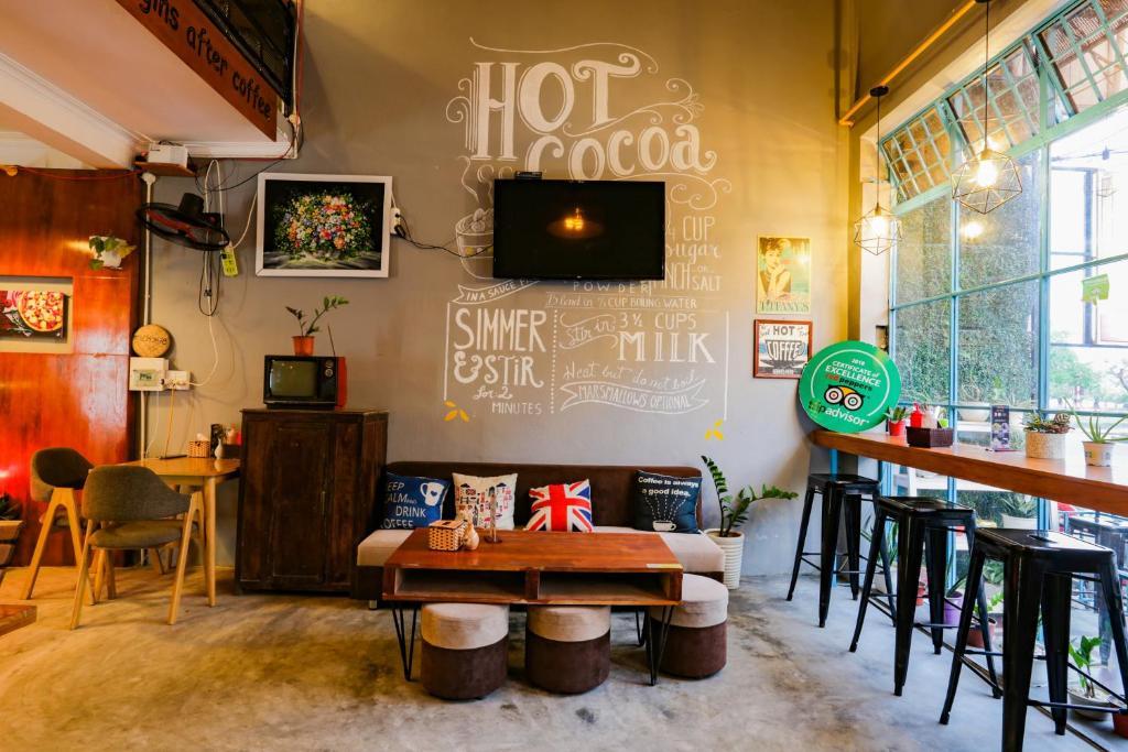 Au Lac Bar & Hostel