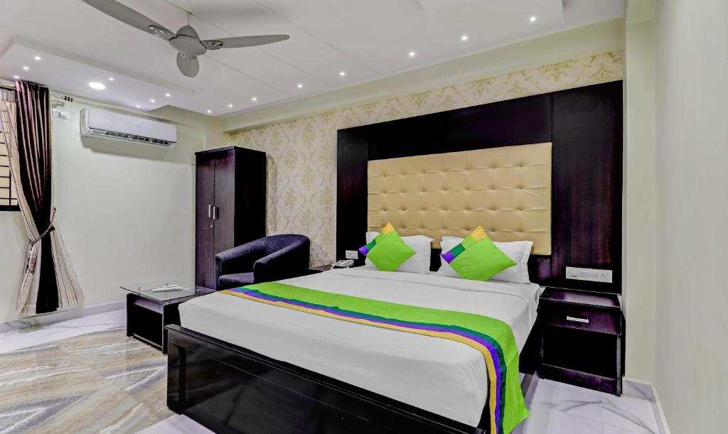 A bed or beds in a room at Treebo Trend Emora Embassy GolfLink