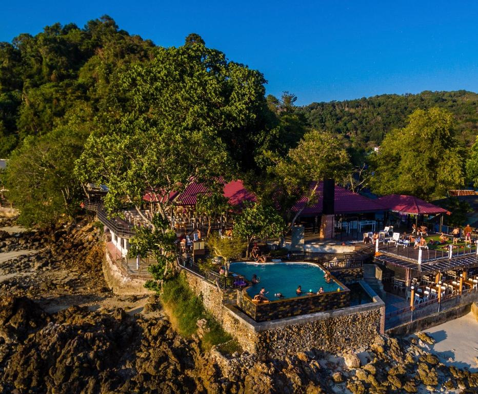 Et luftfoto af Phi Phi Don Chukit Resort